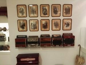 Acordeones diatónicos y fotografías de acordeonistas.