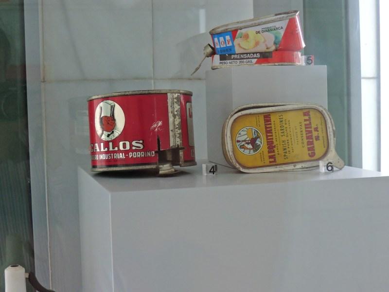 Museo Veterinario Complutense - Latas de alimentos antiguas.