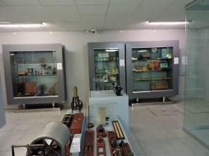 Museo Veterinario Complutense - El Almacén del Museo Veterinario Complutense está formado por diversos armarios expositores y mesas con material.