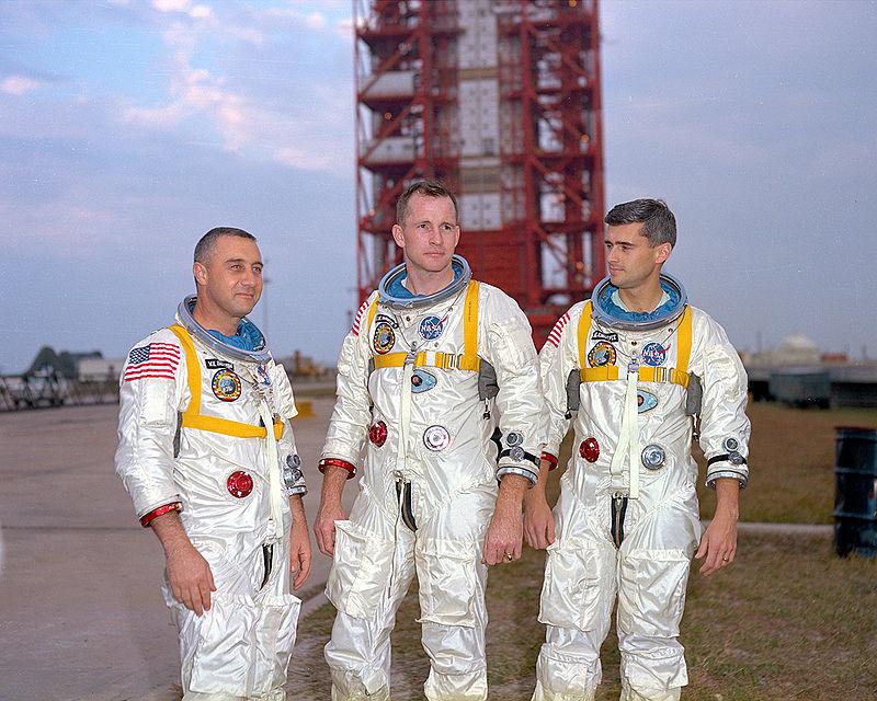Museo Lunar - Gus Grissom, Ed White y Roger Chaffee murieron al producirse un fuego en la cabina durante una prueba. En su honor, se renombró la misión AS204 (misión Apolo, cohete Saturno, versión IB, número de vuelo 04), como Apolo I (2).