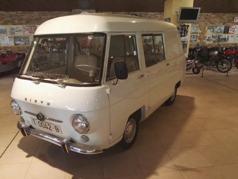 Museo Sala Team - Siata Minivan 3000. Cuesta creer que esta furgoneta contiene en su interior a un Seat 600.