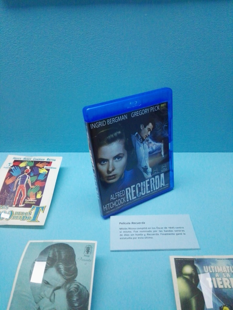 """Exposición Theremin - En """"Recuerda"""", de Hitchcock, se utilizaba el theremín cada vez que Gregory Peck se sumergía en su subconsciente."""