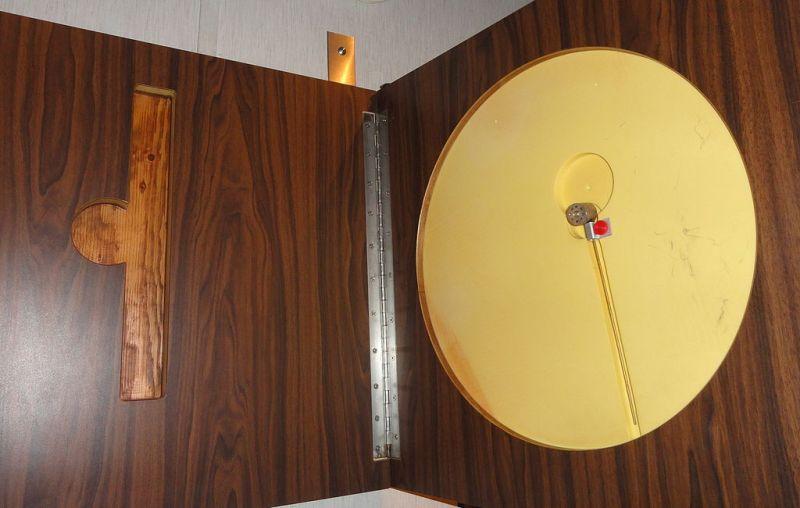 Exposición Theremin - Interior del escudo, donde se puede apreciar la cavidad resonante y la antena pasiva (10).
