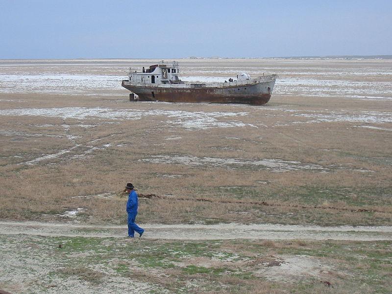 La Montaña de Sal - El Mar de Aral tardó en formarse millones de años a partir de Paratetis, pero a los dirigentes comunistas soviéticos les bastó con apenas 40 años para secarlo, por haber desviado los ríos para regadíos de algodón, situación que hoy persiste (4).