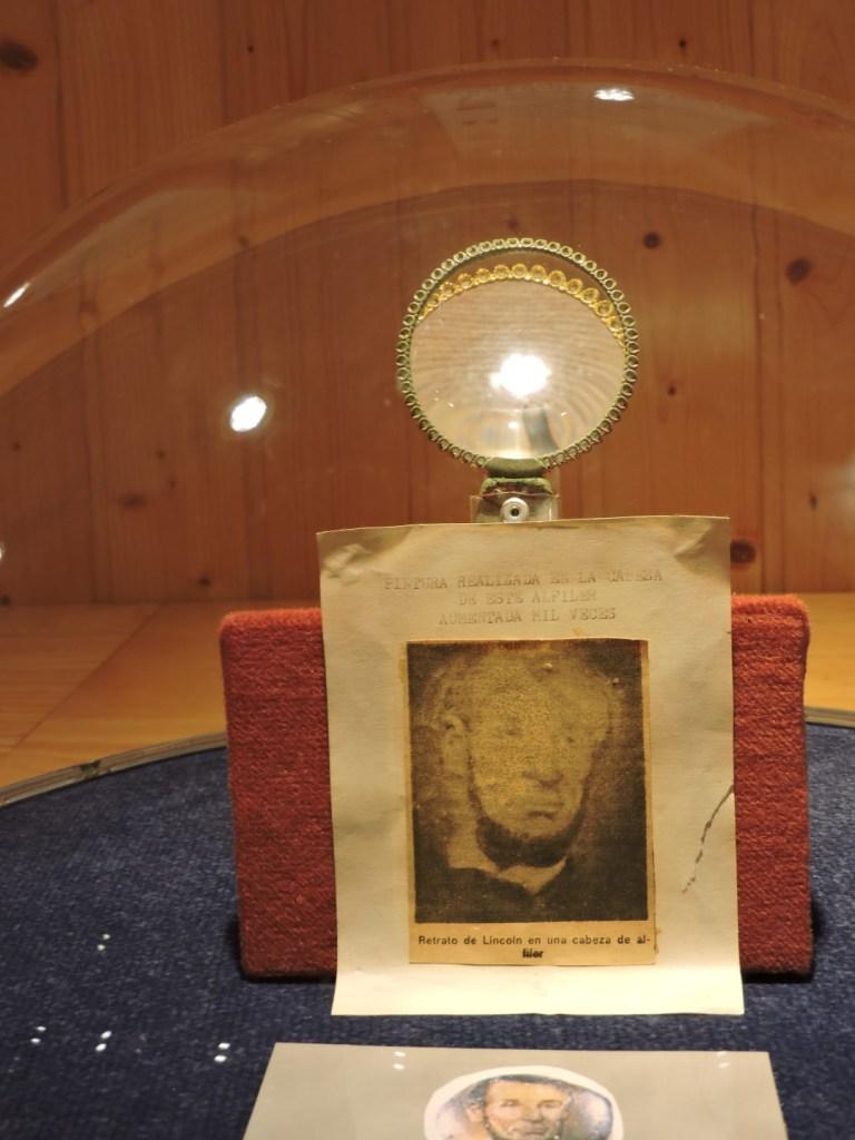 El Carromato de Max - Lincoln dibujado en la cabeza de un alfiler.