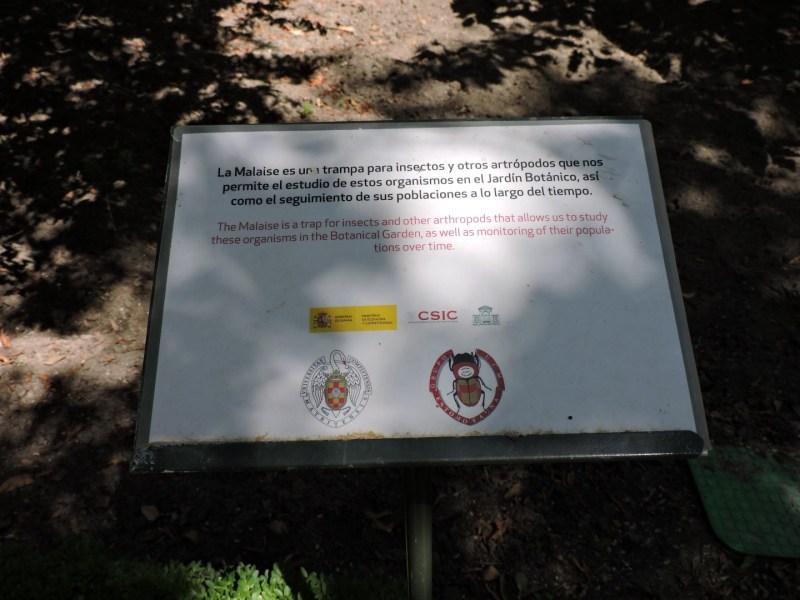 Jardín Botánico Madrid - ... y su cartel explicativo, en el que nos cuentan que se trata de una Malaise, para capturar insectos vivos.