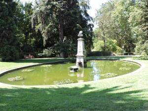 Jardín Botánico Madrid - Estanque con un busto de Linneo.
