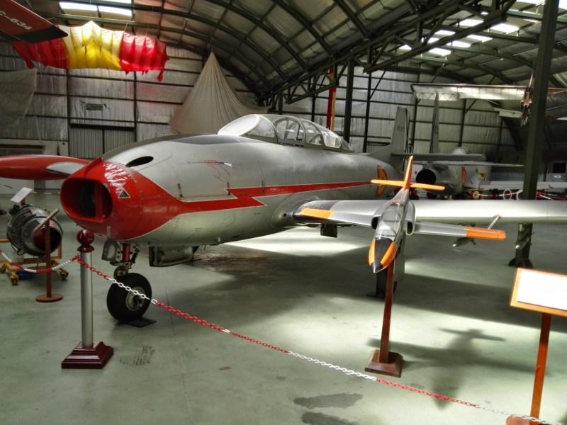 """Museo del Aire - Un HA-200 R1 """"Saeta"""", al lado de una reproducción de un CASA C-101 """"Mirlo""""."""