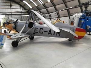 Museo del Aire - La Cierva C-19 Mk-4P. Este autogiro, fabricado en 1929 por Avro en Gran Bretaña, tenía el motor conectado al rotor, lo cual le permitía despegar en distancias cortas.