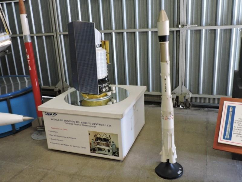 Museo del Aire - Maqueta del Ariane, junto al módulo de servicio del satélite ISO.