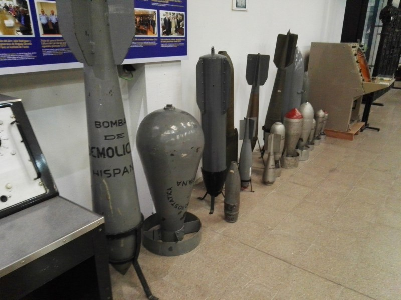 """Museo del Aire - """"Bomba de demolición hispana"""". Curiosa la costumbre de poner mensajes en las bombas."""