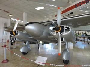 Museo del Aire - Dornier Do-28 A-1. Fabricado en 1957. Monta los motores sujetos a la parte delantera de la cabina y de ellos salen las ruedas fijas del tren de aterrizaje.