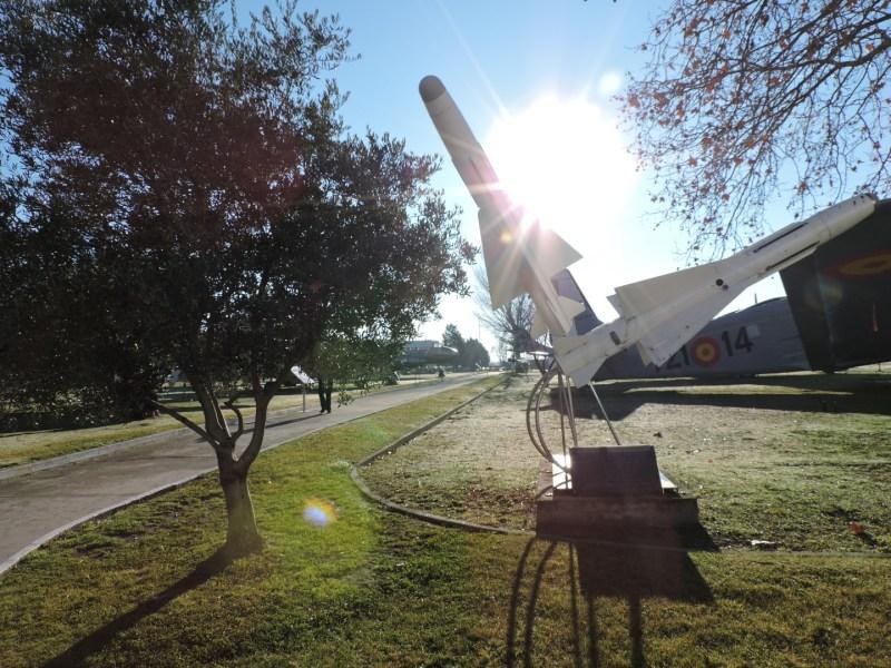 """Museo del Aire - """"Que todo el material bélico pueda terminar su vida activa como éste, decorando monumentos militares. Ello significa que su utilidad ha servido para el mantenimiento de la paz 10-12-91"""". Diossss."""