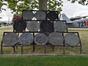 Museo del Aire - Escultura realizada con las tapas de alcantarilla de diversos aeródromos y aeropuertos.