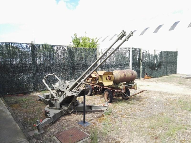 Museo del Aire - Cañón antiaéreo doble y carro portabombas.
