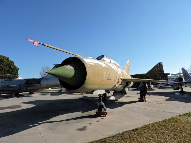 Museo del Aire - Mikoyan Gurevich MIG-21. Caza interceptador del que se fabricaron más de 11.000 unidades. Participó en innumerables conflictos bélicos. El avión expuesto perteneció al ejército de la República Democrática de Alemania.