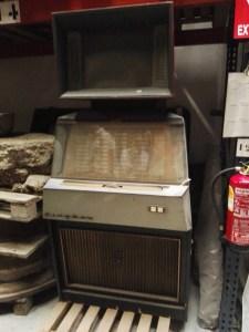 Almacén del MUNCYT - Máquina de videoclips por monedas. El vídeo se reproducía en la parte superior, leyendo una cinta de vídeo.