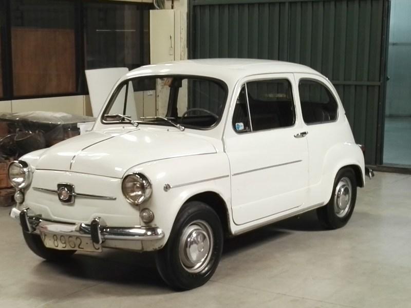 Almacén del MUNCYT - SEAT 600 en fase de restauración, solicitado por el Congreso de los Diputados, para conmemorar los 40 años de elecciones.