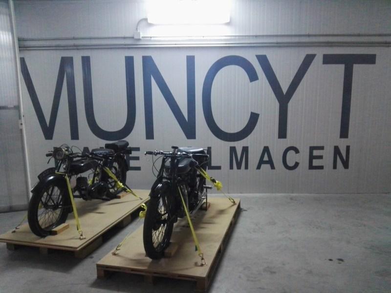 Almacén del MUNCYT - Como no podía ser de otra manera, el rótulo oficial del Almacén del MUNCYT, está al fondo del almacén y detrás de dos motos paletizadas.