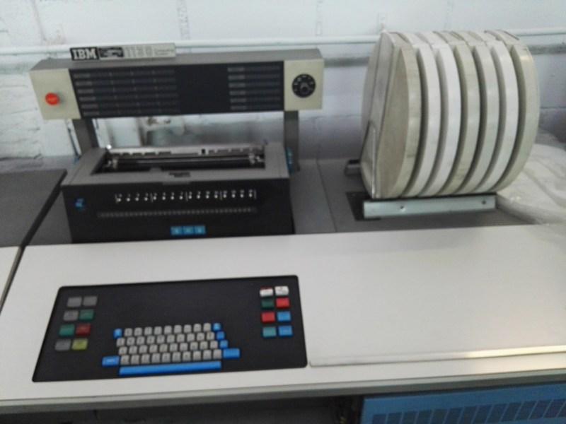 Almacén del MUNCYT - El 1130 incluía discos duros de 1MB, donde se almacenaban el sistema operativo, los datos y el código objeto.