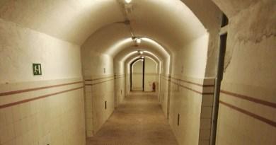 Búnker de El Capricho - Galería central, desde la que salen las habitaciones.