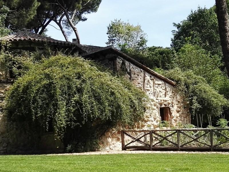 Búnker de El Capricho - Casa de la Vieja, que simulaba una casa de labranza, con todos sus enseres, e incluso figuras humanas.