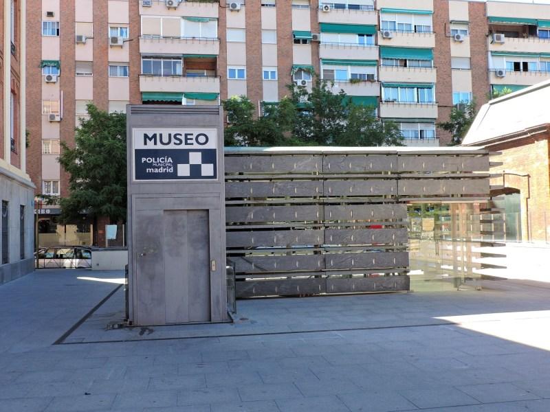 Museo Policía de Madrid - Entrada al Museo de la Policía Municipal, que está en el sótano de la plaza.