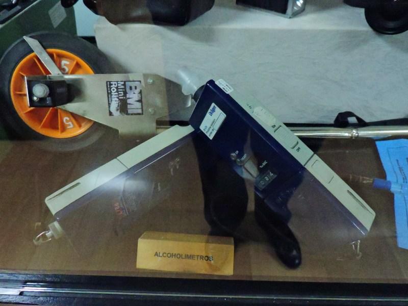 Museo Policía de Madrid - Alcoholímetro de mano y cinta métrica para accidentes.