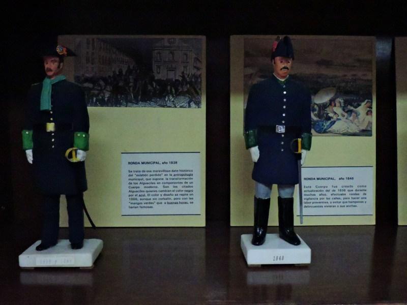Museo Policía de Madrid - Uniformes de la Ronda Municipal de 1838 y 1848. Tenían como característica principal los manguitos verdes.