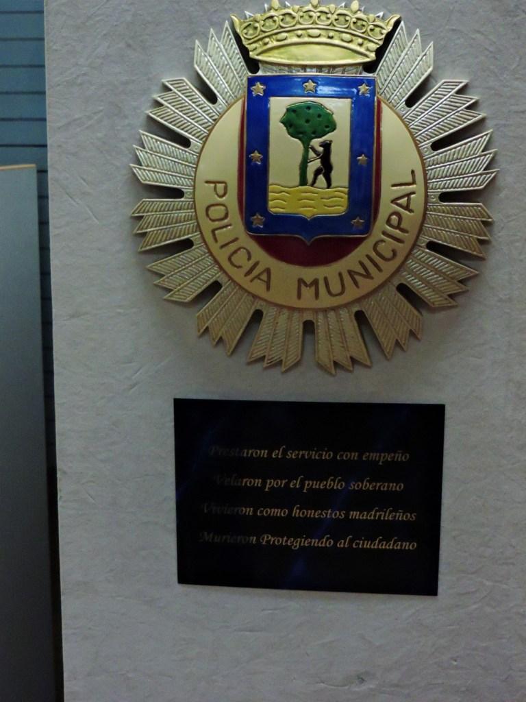 """Museo Policía de Madrid - """"Prestaron el servicio con empeño. Velaron por el pueblo soberano. Vivieron como honestos madrileños. Murieron Protegiendo [sic] al ciudadano"""""""