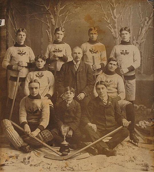 El Jugador de Hockey - Equipo deKenora Thistles (1900), ganador de la Stanley Cup en 1907, cuando ésta se jugaba a desafíos (3).