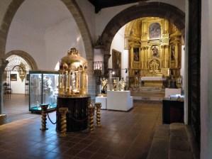 Museo Religioso-Paleontológico - Nave principal y retablo barroco.
