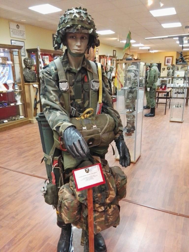 Museo de la Bripac - Uniforme y equipación moderna de los paracaidistas.