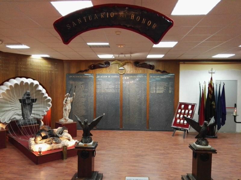 """Museo de la Bripac - """"Santuario del honor"""". A la izq. una escultura de Coullaut-Valera, autor también de la que adorna el edificio Metrópolis en Madrid."""