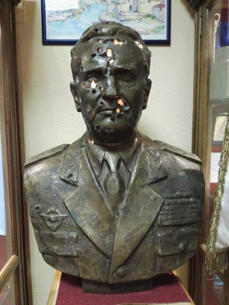 Museo de la Bripac - Busto ametrallado del dictador Tito, encontrado en el aeropuerto de Mostar.