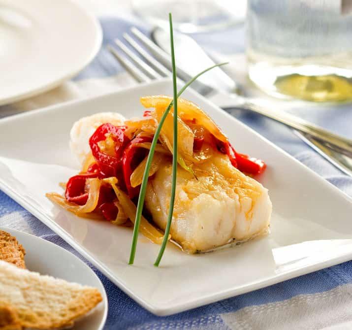 Bacalao cocinado con vegetales