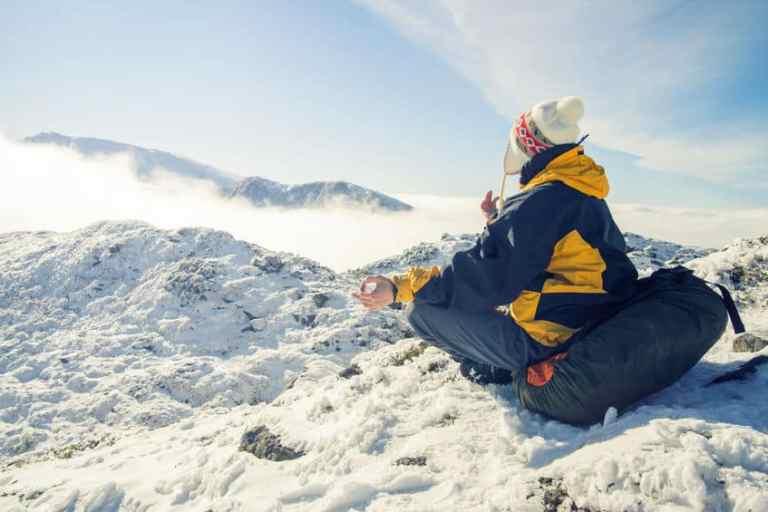 Mujer medita en montana
