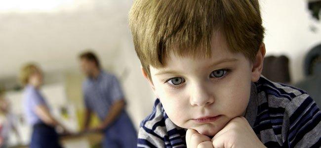 Niño triste ausente