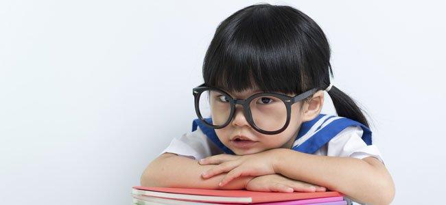 Niña con gafas estudiosa