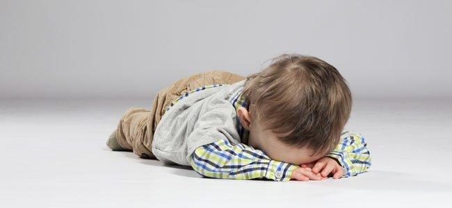 Niño en suelo con rabieta