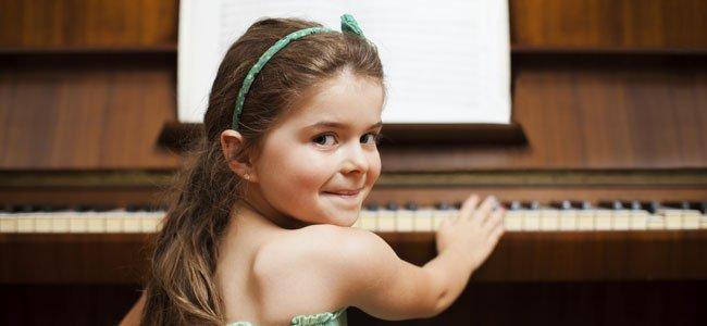 Niña de espaldas toca piano