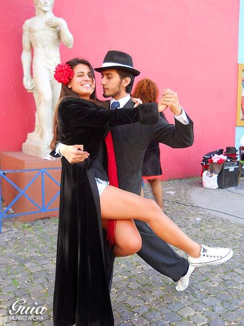 Amiga Waleska tirando foto com o dançarino de tango.