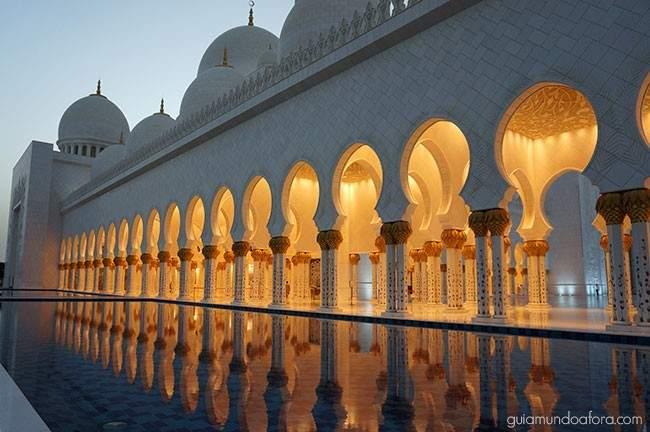 Mesquita Branca iluminada