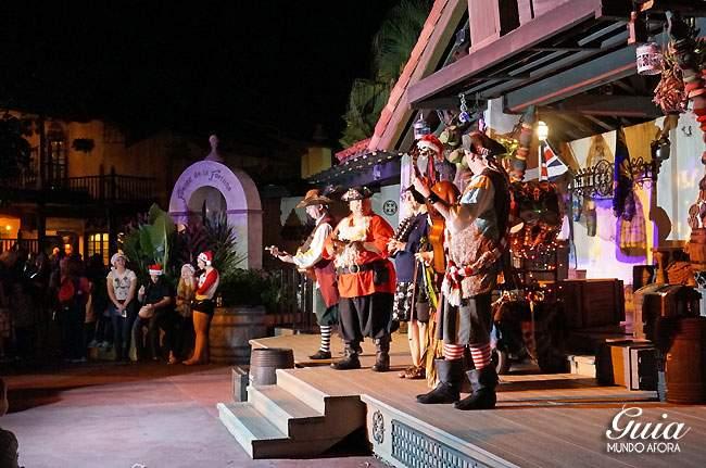 Banda cantando músicas de piratas. YO-HO!