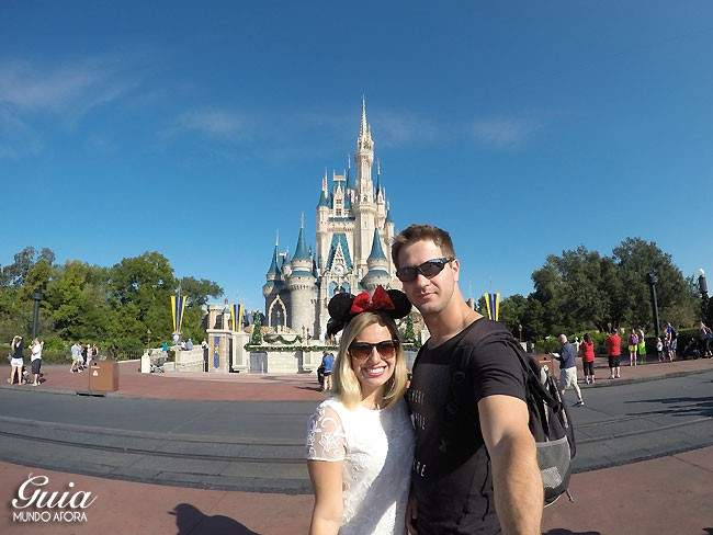Casal no Magic Kingdom