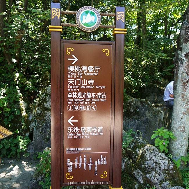 Placas em inglês na Tinamen Mountain