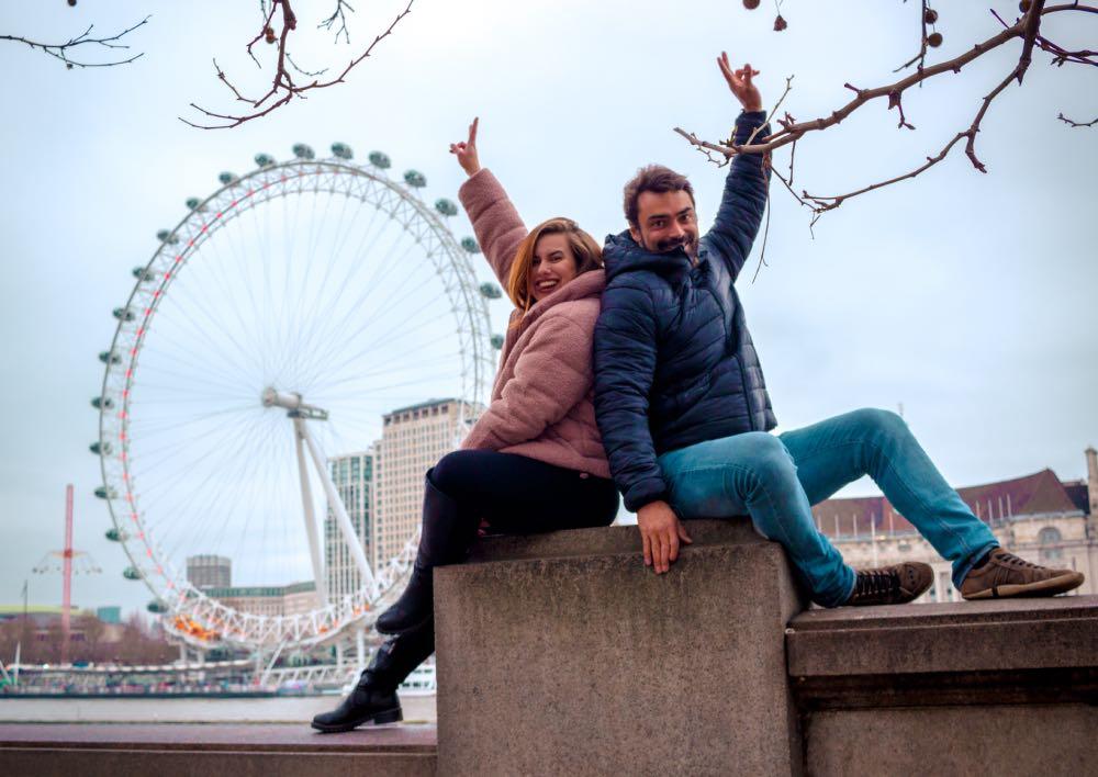 casal sentado na London Eye