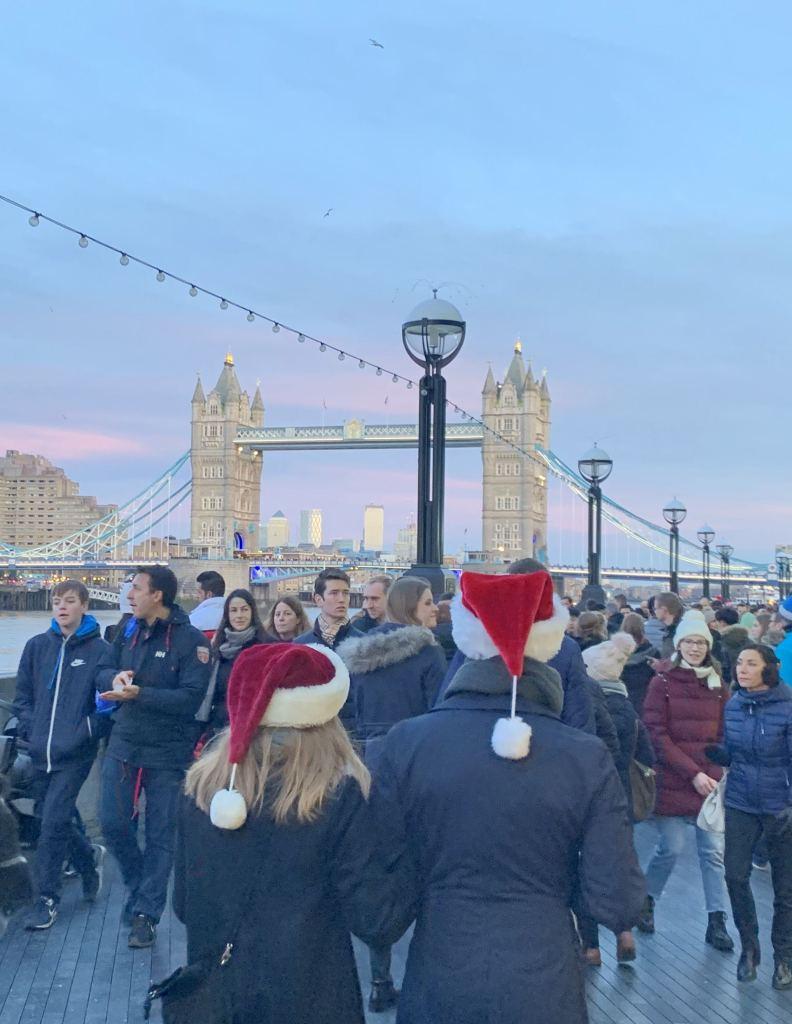 Pessoas passeando em Londres