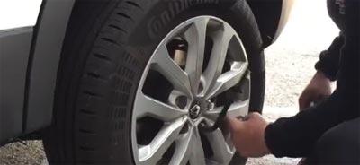 Cómo quitar las tuercas de una rueda