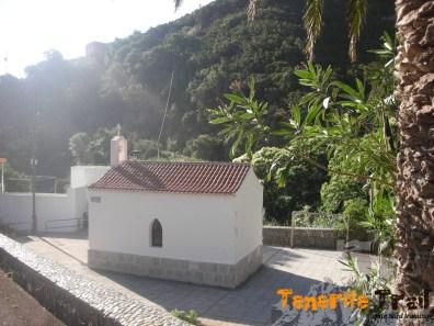 Detalle capilla en Chamorga, el punto de agua está en la carretera